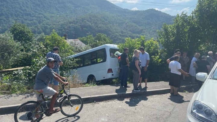 В Сочи автобус с 30 пассажирами вылетел в кювет