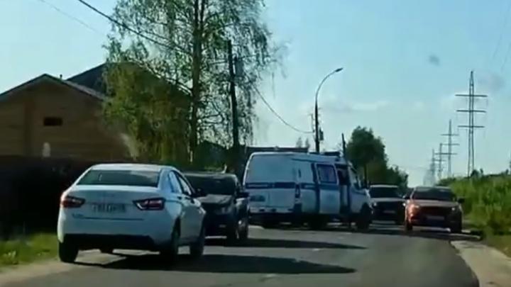 В Ярославле обнаружили три трупа в машине у обочины. Видео