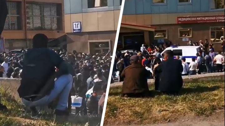 Толпа собралась около миграционного центра на Есенина — на место прибыла полиция