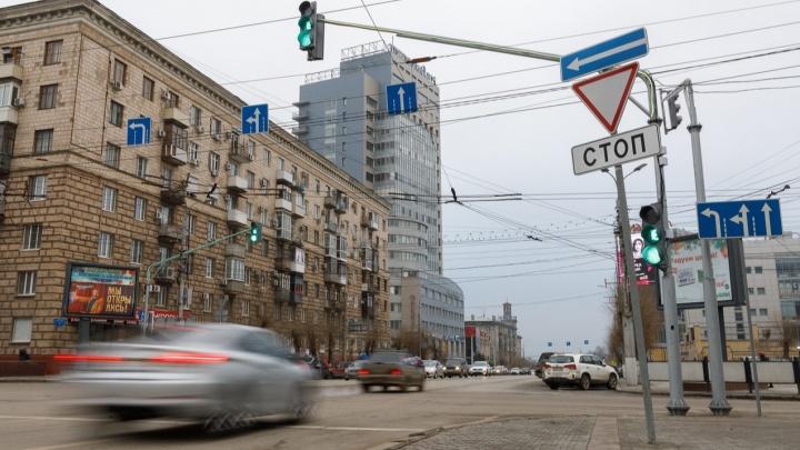 На проклятом перекрестке в центре Волгограда в аварию попало маршрутное такси