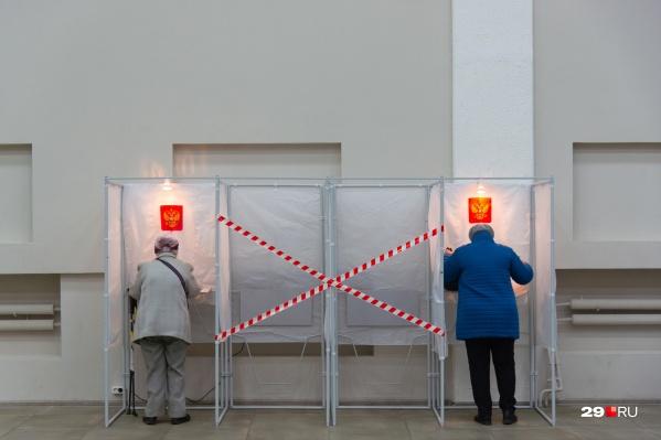 На этом фото голосование напоминает какой-то ритуальный обряд