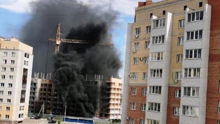На территории стройки на Перелёта произошел пожар — черный дым видно из разных точек города