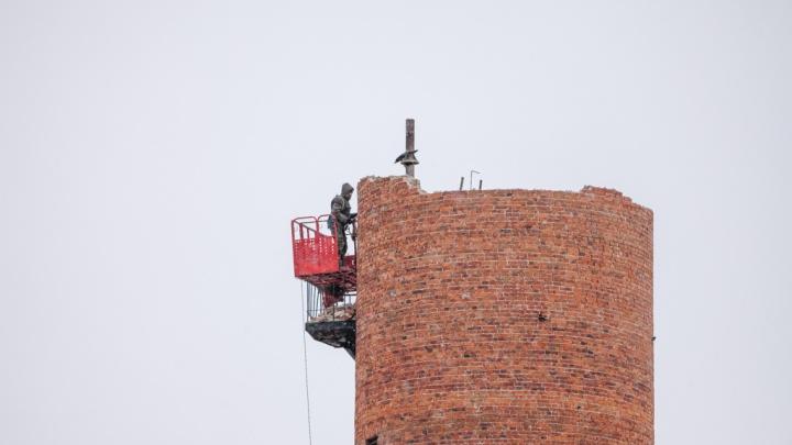 Водонапорную башню на ДОКе разобрали по кирпичику: ее ждет ресайклинг