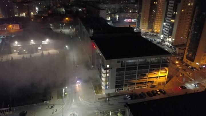 «Повреждены два автомобиля»: в Перми произошел пожар около парковки ТЦ «Радуга». Видео