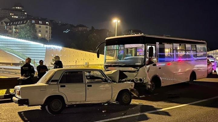 В Сочи пять человек пострадали в ДТП с городским автобусом