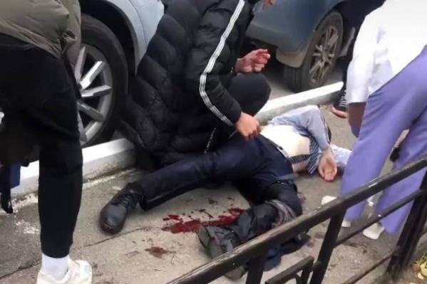 Человека ранили около университета