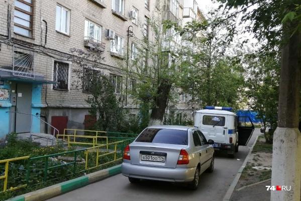 """Двор оказался перекрыт полицейским уазиком и еще несколькими <nobr class=""""_"""">легковушками —</nobr> соседи уверяют, что на них тоже приехали полицейские"""