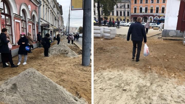 Загребая песок ногами: улица Комсомольская оскандалилась через сутки после ремонта