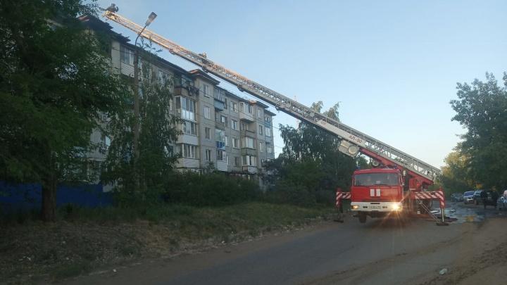 В Нефтяниках загорелась крыша пятиэтажки. Эвакуировали 70 жильцов
