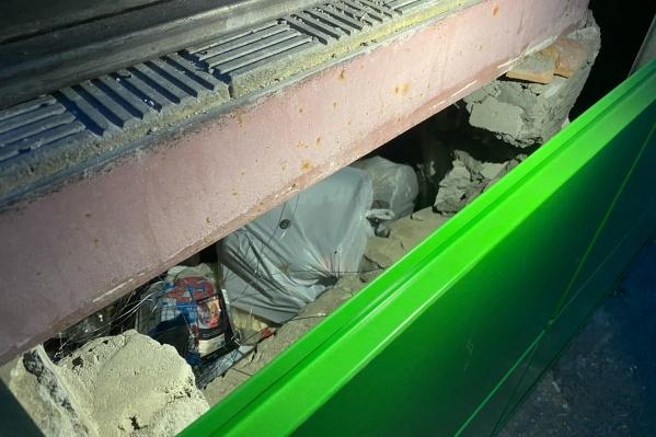 Очевидцы утверждают, что под лестницей очень много мешков с мусором