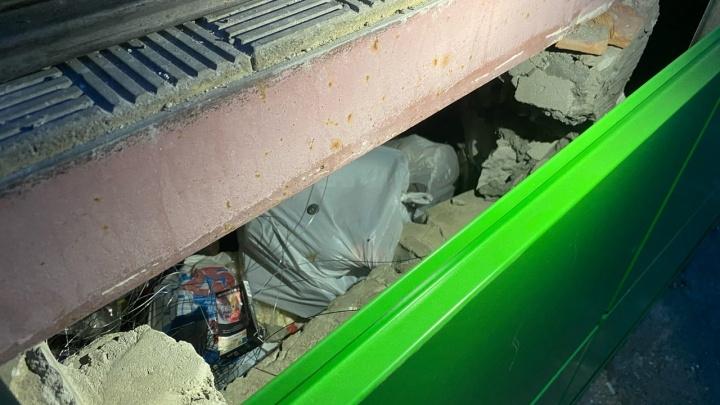 В Кургане при отделке супермаркета под фасадом оставили мусор