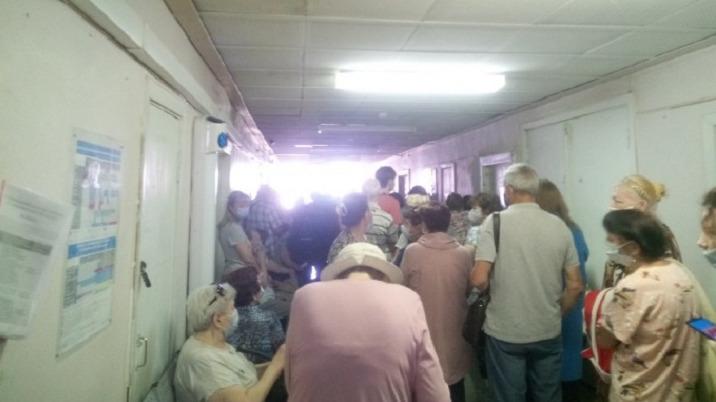 «Три минуты на прием, и передо мной 100 человек»: жители Волжского жалуются на очереди на вакцинацию от COVID-19
