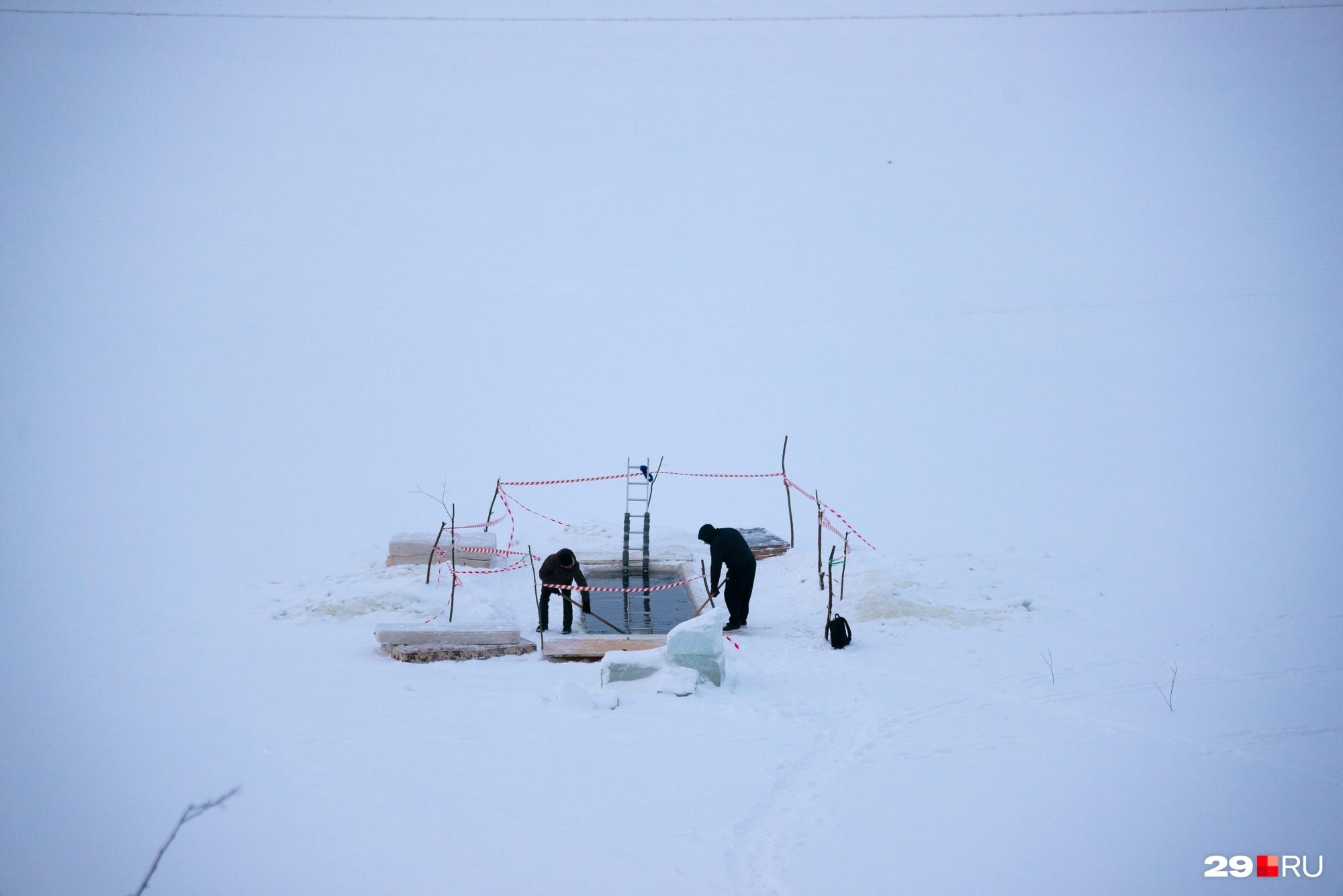 Любители холодного купания будут посещать прорубь до весны — пока можно будет выходить на лед