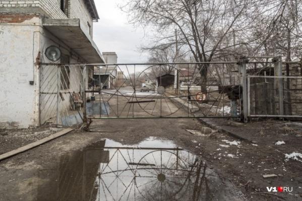 Здания молокозавода медленно, но верно разрушаются