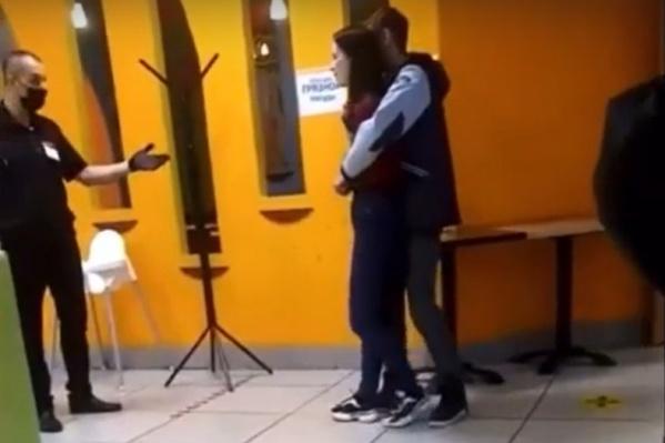 Парень угрожал девушке осколком разбитой бутылки
