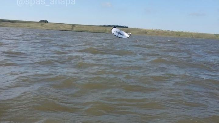 Под Анапой серфингиста унесло на 8 км от берега
