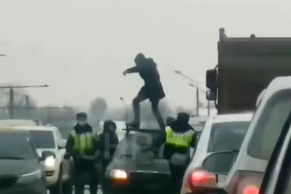 Мужчина прыгал по машинам