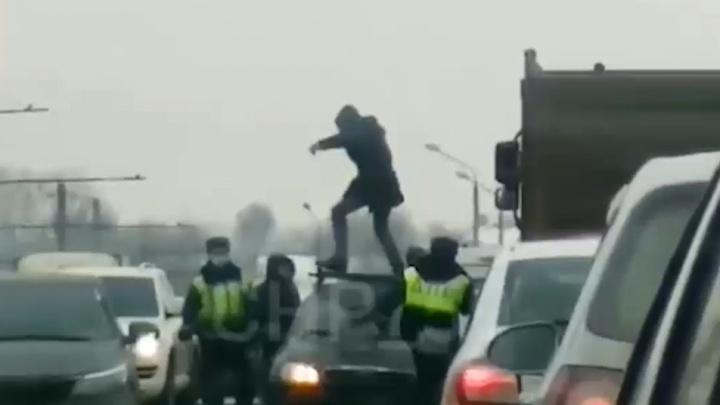 В Перми полицейские задержали водителя, который прыгал на крыше машины после массового ДТП. Видео