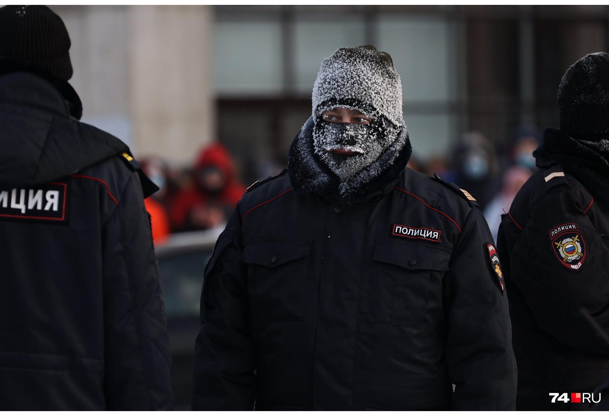 Утеплялись и участники шествия, и стражи порядка