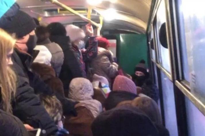 Давка стала нормой в автобусах, которые утром едут из Академического