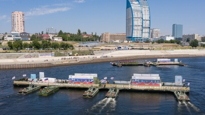 Военный музей на понтонах проплыл пять тысяч километров до Волгограда, чтобы проработать четыре часа