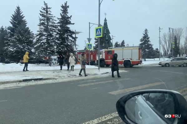 Пожарные машины подъехали вплотную к «белому дому»