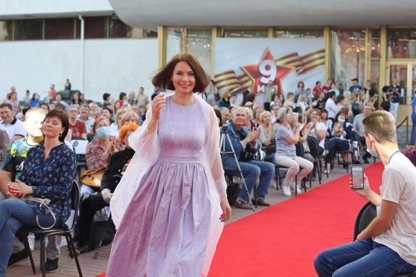 Ирина Лачина подобрала платье в тон волгоградской сирени