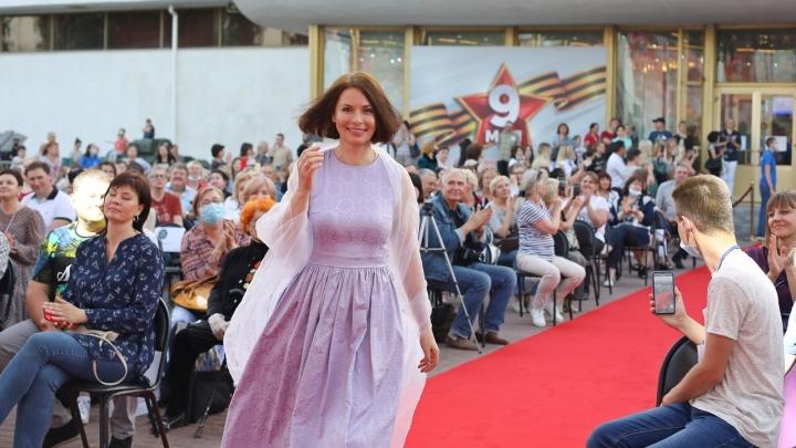 В платье под цвет: звезды российского кино открыли в Волгограде фестиваль «Сталинградская сирень»