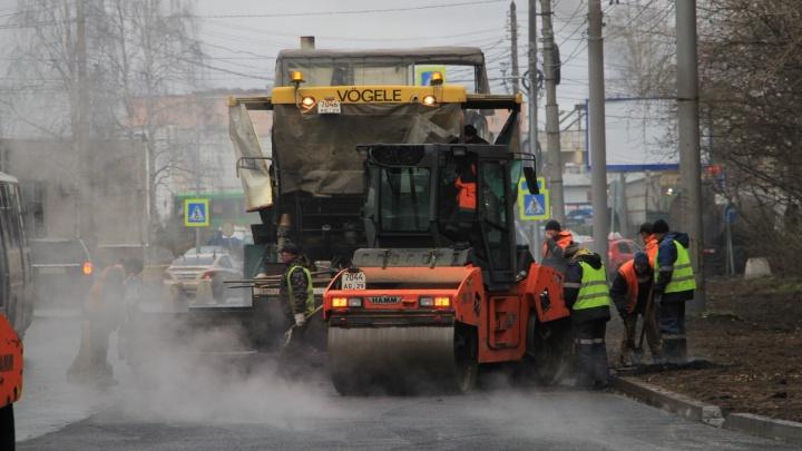 «Переделывать — большие деньги». В Архангельске кладут асфальт во время дождя: можно ли так делать?