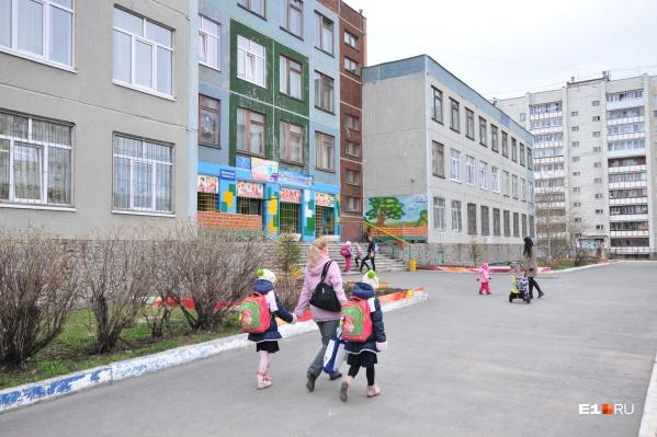 В департаменте образования говорят, что во всех екатеринбургских школах ведется видеонаблюдение и есть охранники