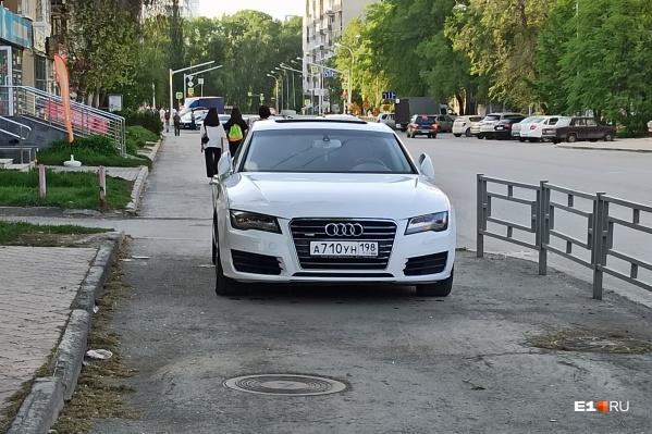 В Екатеринбурге пешеходы давно привыкли делить тротуары с автохамами