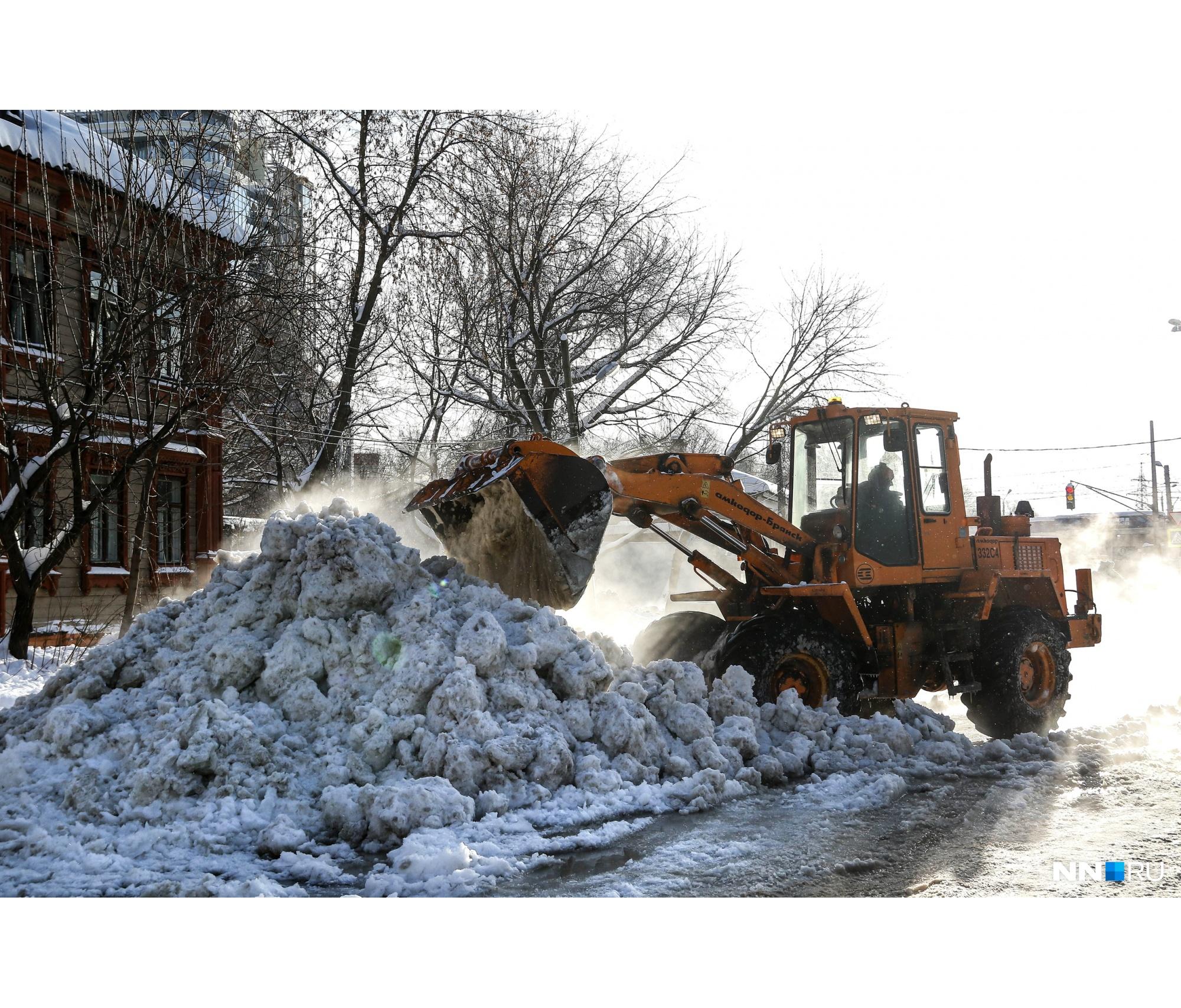 После прошедшего снегопада с улиц города вывезли еще далеко не весь снег, что здорово осложняло работу