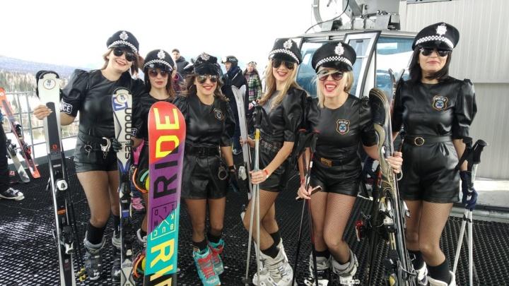 В Шерегеше на GrelkaFest прошел первый спуск. В костюмах с горы скатились больше 600человек