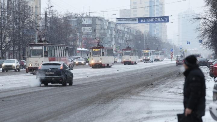 В Челябинске водителю трамвая стало плохо, женщину увезли на скорой в больницу