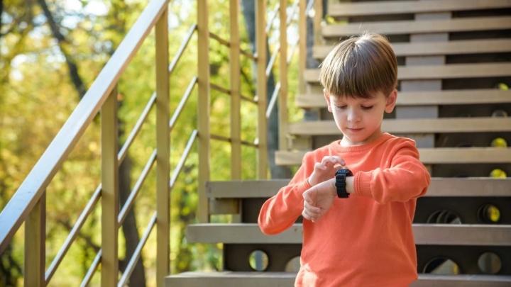 Сами ходят в школу и гуляют без взрослых: в два раза больше ярославских школьников стали носить умные часы