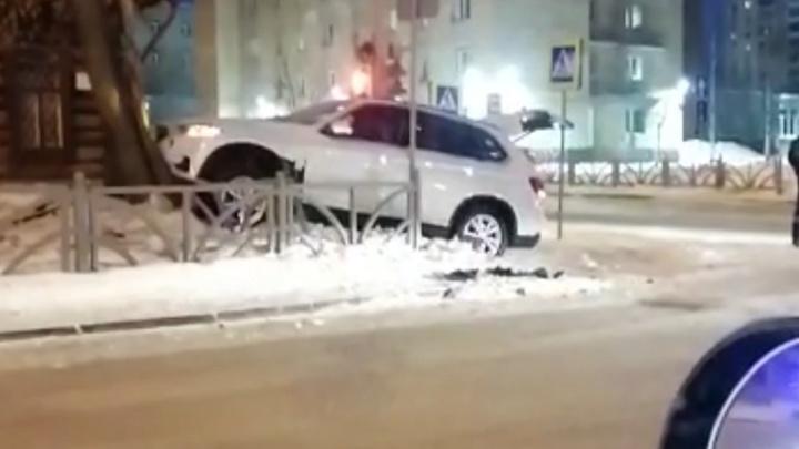 В Екатеринбурге возле музея Бажова иномарка вылетела с дороги и врезалась в дерево