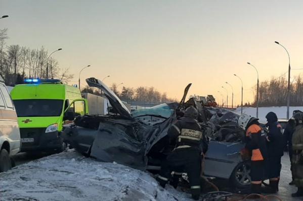 На месте аварии работают врачи, спасатели МАСС, сотрудники МЧС И ГИБДД