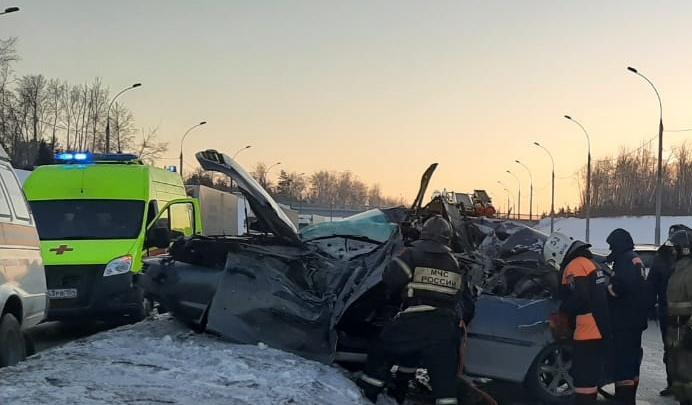 Появилось видео с места страшного ДТП на Бугринском мосту, где погиб молодой водитель