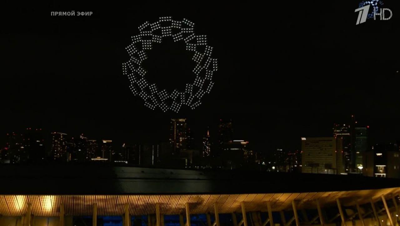 Дроны выстраиваются в эмблему Олимпийских игр в Токио