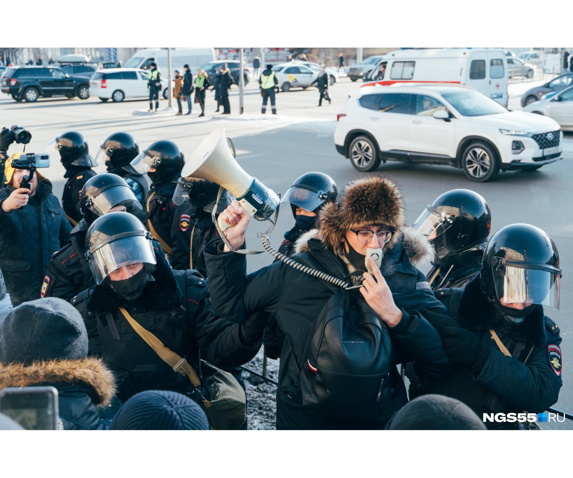 "Активиста Даниила Чебыкина <a href=""https://ngs55.ru/text/politics/2021/01/31/69739211/"" target=""_blank"" class=""_"">задержали</a> в самом начале протестной акции"