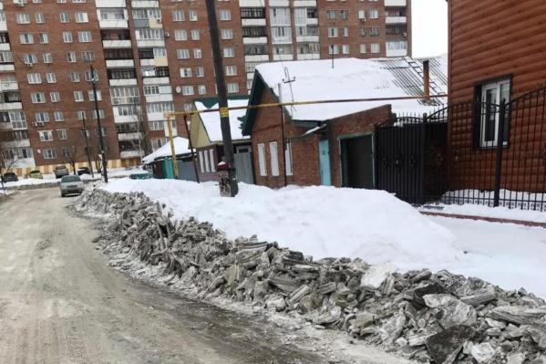 На обочине остались снежные валы, которые перегородили выезды
