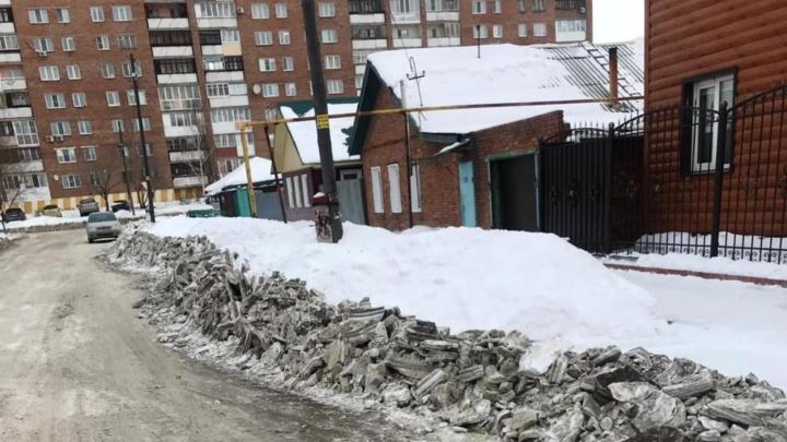 На Рабочей дорожники завалили метровыми глыбами подъезды к частным домам