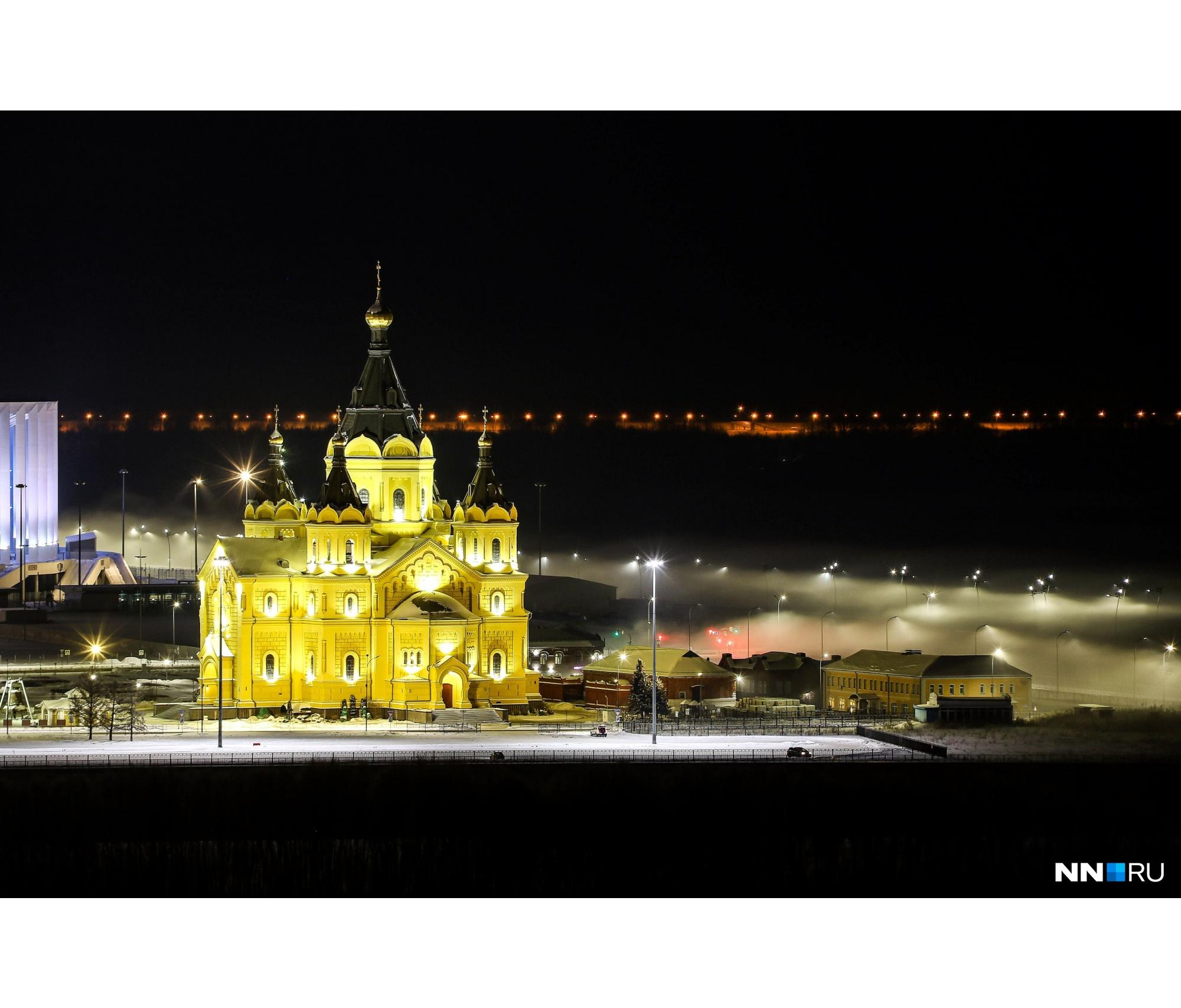 Свет фонарей у церкви отображается в виде Вифлеемской звезды