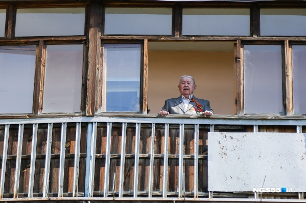 Александр Иванович наблюдает за происходящим под окном