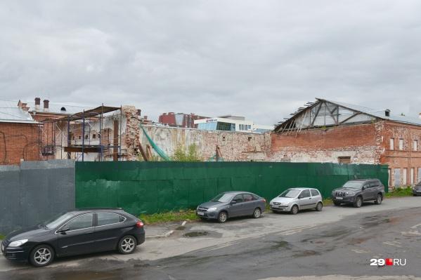 """Территория бывшего кинотеатра сейчас закрыта для прохода <nobr class=""""_"""">посторонних —</nobr> на ней проводят археологические раскопки"""