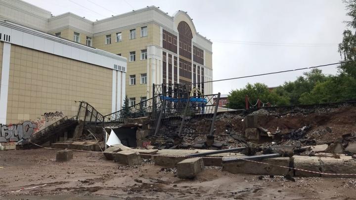 В Перми возле «Колизея Синема» после ливня обрушилась часть стены и забор