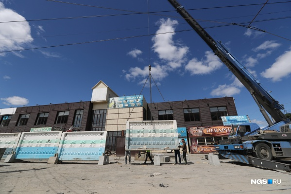 11 июня вокруг опустевшего здания начали ставить забор — само здание должно исчезнуть за месяц
