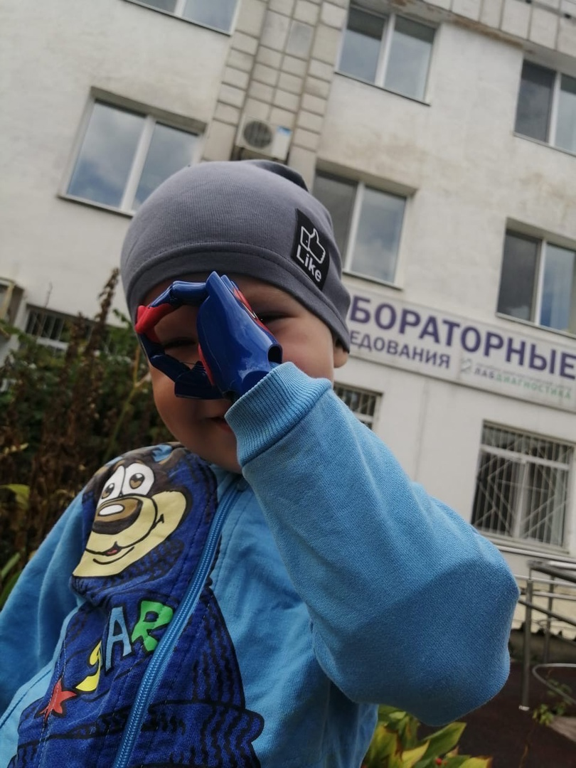 Эту фотографию мама сделала сразу после того, как Олег получил протез. Кажется, малыш остался доволен