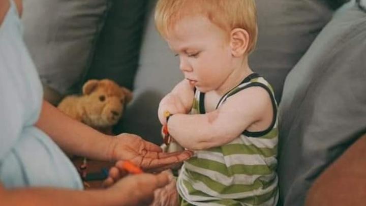 Малыша без рук и ног из свердловского детдома забрала приемная мама. Он будет жить в Москве