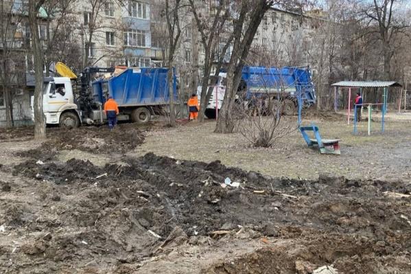 Застрявший в грязи мусоровоз приехал спасать другой КАМАЗ, который застрял там же